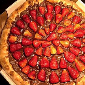 PIZZA NUTELLA COM MORANGO + BORDA CHOCOLATE